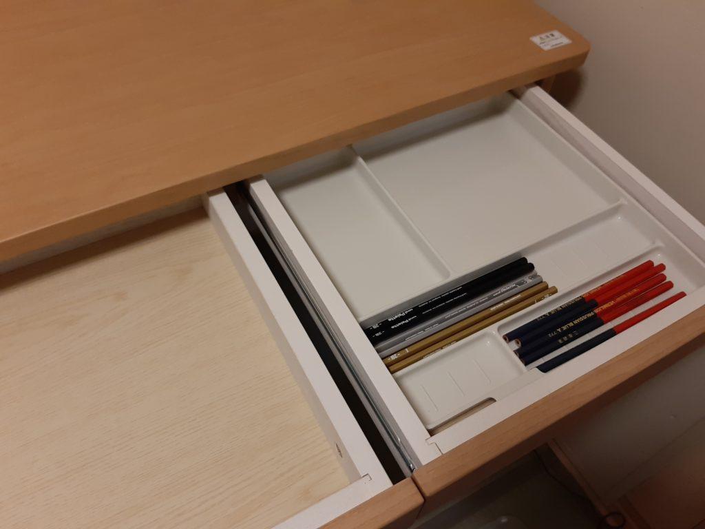 オカムラ学習机の引き出しを開けたところ