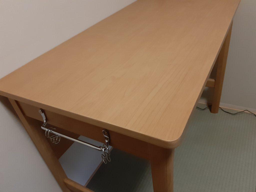 オカムラの学習机の横にあるフックハンガー